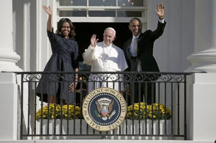the-obamas-wave-to-a-crowd-gathered-on-the-south-lawn-during-the-arrival-ceremony-of-pope-francis-on-september-23-2015